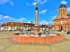 Place d'Armes Général-de-Gaulle (anciennement Place Centrale) - Français:   Fontaine au centre de la place d\'armes-général De Gaulle à Neuf Brisach