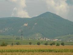 Châteaux de Guirsberg, de Haut-Ribeaupierre et de Saint-Ulrich - Français:   Vue depuis Ostheim des châteaux du Saint-Ulrich (528 m), du Girsberg (528 m) et du Haut-Ribeaupierre (642 m) à Ribeauvillé (Haut-Rhin, France).