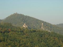 Châteaux de Guirsberg, de Haut-Ribeaupierre et de Saint-Ulrich - Français:   Vue depuis Hunawihr des châteaux du Saint-Ulrich (528 m), du Girsberg (528 m) et du Haut-Ribeaupierre (642 m) à Ribeauvillé (Haut-Rhin, France).