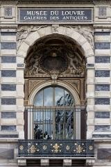 Croix du cimetière - Le palais du Louvre à Paris.