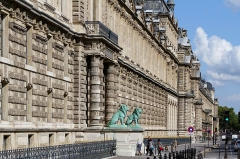 Eglise médiévale Saint-Etienne -  Le palais du Louvre à Paris.