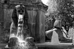 Fontaine du Palmier - English: Fontaine du Palmier, ou fontaine du Châtelet, ou encore fontaine de la Victoire.Cette fontaine a été commandée en 1806 par Napoléon Ier pour commémorer plusieurs victoires. C'est l'œuvre du sculpteur Louis-Simon Boizot, elle a été inaugurée en 1808.