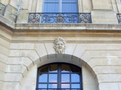 Ancien hôtel de l'Etat-Major de la Place et du Gouvernement militaire - This building is indexed in the Base Mérimée, a database of architectural heritage maintained by the French Ministry of Culture,under the reference PA00085821 .