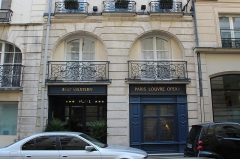 Immeuble - English: Building 4 des Moulins street in Paris.