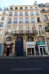 Immeuble - English: Building 61 des Petits-Champs street in Paris. Protected part: the wrought iron balcony from the 18th century and the consoles that support it.