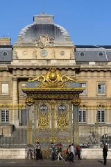 Palais de Justice ou Conciergerie - Deutsch: Gittertor an der Cour de Mai des Justizpalastes in Paris, Frankreich