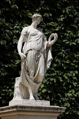 Palais du Louvre et jardin des Tuileries -  Une statue dans le jardin des Tuileries à Paris. Antoine André - Flore Farnèse.