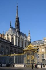 Sainte-Chapelle - Deutsch: Ostansicht der Sainte-Chapelle mit Gittertor an der Cour de Mai des Justizpalastes in Paris, Frankreich