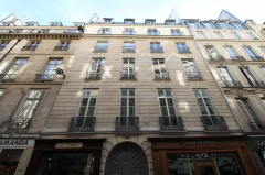 Immeuble - English: Building 39 des Petits-Champs street in Paris. Protected part: the wrought iron balcony from the 18th century and the consoles that support it.