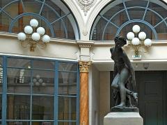 Galerie Colbert - Deutsch: Charles-François Leboeuf (Franzose, 1792-1865), genannt Nanteuil-Leboeuf: Sterbende Eurydice, Bronzeguss nach einem Original von 1822 (Marmorausführung im Louvre) unter der Rotunde der Galerie Colbert, II. Arrondissement, Paris, Frankreich.