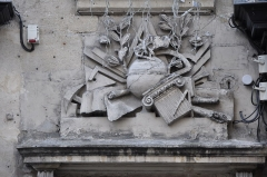 Immeuble - English: Relief in rue de Montorgueil (Paris).