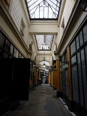 Passage des Panoramas et ses galeries annexes (galeries Feydeau, Montmartre, Saint-Marc, galerie des Variétés, ancienne boutique du graveur Stern) - This building is indexed in the Base Mérimée, a database of architectural heritage maintained by the French Ministry of Culture,under the reference PA00086090 .