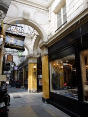 Passage des Panoramas et ses galeries annexes (galeries Feydeau, Montmartre, Saint-Marc, galerie des Variétés, ancienne boutique du graveur Stern) - This building is indexed in the Base Mérimée, a database of architectural heritage maintained by the French Ministry of Culture, under the reference PA00086090 .