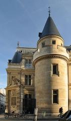 Ancienne abbaye Saint-Martin-des-Champs, actuellement Conservatoire National des Arts et Métiers et Musée National des Techniques - Fontaine du Vertbois située à l'angle des rues du Verbois et Saint-Martin dans le 3e arrondissement de Paris. Édifiée en 1712 par l'architecte Jean-Baptiste Bullet de Chamblain. Monument historique classé en 1993.