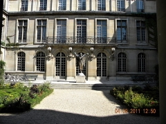 Hôtel Carnavalet - English:   Paris, France. Hotel Carnavalet. (PA00086125)(The garden with statue)