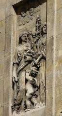 Hôtel Carnavalet - Hôtel de Carnavalet - 23 rue de Sévigné - Paris 3 Musée Carnavalet  Sculpture de façade en bas relief située à l'angle de la rue des Francs-Bourgeois.