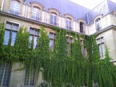 Hôtel Carnavalet - Français:   Le Monument abrite le Muséee de l\'Histoire de Paris.Situé au coeur du IIIème Arrondissement de Paris ancienne Hôtel Particulier ayant appartenu notamment à Mme de Sévigné il est à quelques pas de la Place des Vosges.