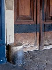 Ancien hôtel d'Espinoy et pavillon de la Reine - Pavillon de la Reine et Hôtel d'Espinoy - 28 Place des Vosges - Paris 3 Détail de la porte menant à l'intérieur de l'hôtel d'Espinoy
