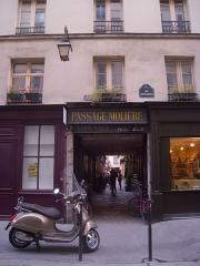 Passage Molière et immeubles - English: Passage Molière, Paris IIIe arrondissement, France.