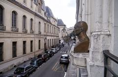 Temple de l'Humanité ou du Positivisme - Français:   Temple de l\'Humanité, Paris. Vue du buste d\'Auguste Comte par Antoine Étex depuis la fenêtre du temple.