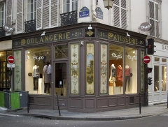 Boulangerie - English: Old bakery, intersection of rue des Francs-Bourgeois, 23, and rue de Sévigné, 21, in Paris IVe arrondissement. The bakery has been converted to a clothes shop, but its front has been kept, including the original
