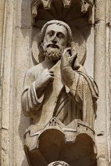 Cathédrale Notre-Dame -  Vue d'une statue ornant le portail de la Vierge sur la façade ouest de la cathédrale Notre-Dame de Paris.