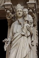 Cathédrale Notre-Dame -  Statue de la Vierge Marie ornant le portail de la Vierge sur la façade ouest de la cathédrale Notre-Dame de Paris.