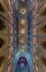 Cathédrale Notre-Dame - Deutsch: Gewölbe im Langhaus der Kathedrale Notre-Dame de Paris, Frankreich. Die Säulen stehen etwas versetzt, wodurch das Gewölbe leicht verzogen ist.