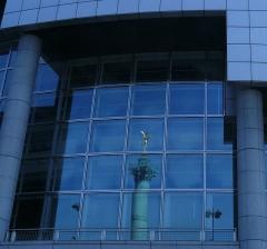 Colonne commémorative dite Colonne de Juillet - Vue sur la colonne de la Place de la Bastille en réflexion de l'Opéra du même nom