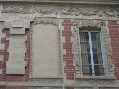 Ecole Massillon - English: Hotel Fieubet : the ornements at the first floor on the rue du Petit-Musc, Paris 4th arr.
