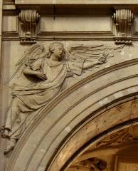 Eglise Saint-Paul-Saint-Louis - Intérieur de l'église Saint-Paul-Saint-Louis de Paris (75004). Ange aux clous de la Passion. Arcade droite du chœur.