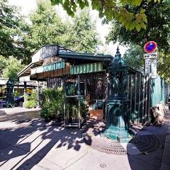 Fontaine Wallace (deux) - English: Place Louis-Lépine, Paris 4th arrondissement, France. Wallace fountains near the marché aux fleurs.