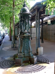 Fontaine Wallace (deux) - English: Wallace Fountains in Louis-Lépine place - Paris