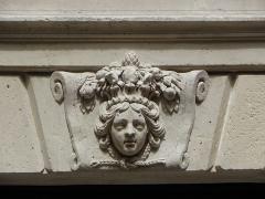 Hôtel des Ambassadeurs de Hollande - Hôtel Amelot de Bisseuil, Rue Vieille du Temple, Paris (75004). 1ère cour. Aile droite. Rez-de-chaussée. Mascaron de la travée centrale.