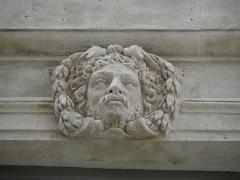 Hôtel des Ambassadeurs de Hollande - Hôtel Amelot de Bisseuil, Rue Vieille du Temple, Paris (75004). Façade sur rue. Aile gauche. Travée droite. 1er étage. Mascaron.