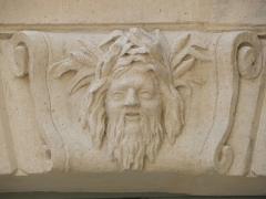 Hôtel des Ambassadeurs de Hollande - Hôtel Amelot de Bisseuil, Rue Vieille du Temple, Paris (75004). 1ère cour. Aile gauche. Rez-de-chaussée. Mascaron de la travée droite.