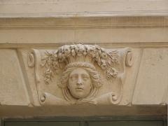 Hôtel des Ambassadeurs de Hollande - Hôtel Amelot de Bisseuil, Rue Vieille du Temple, Paris (75004). 1ère cour. Aile gauche. Rez-de-chaussée. Mascaron de la travée gauche.