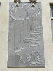 Hôtel des Ambassadeurs de Hollande - Hôtel Amelot de Bisseuil, Rue Vieille du Temple, Paris (75004). 1ère cour. Aile droite. 1er étage. Cadran solaire gauche.