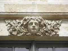 Hôtel des Ambassadeurs de Hollande - Hôtel Amelot de Bisseuil, Rue Vieille du Temple, Paris (75004). 1ère cour. Aile droite. 1er étage. Linteau de la fenêtre de la travée droite.