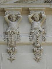 Hôtel des Ambassadeurs de Hollande - Hôtel Amelot de Bisseuil, Rue Vieille du Temple, Paris (75004). Corps de logis. Deux cariatides d'enfants à gauche soutenant le fronton.