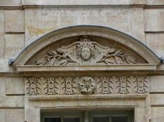 Hôtel Béthune-Sully - Détail sculpté de l'élévation nord de la façade sur cour de l'Hôtel de Sully, Paris (75004). 3ème travée. Rez-de-chaussée.