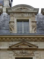 Hôtel Béthune-Sully - Détail sculpté de l'élévation nord de la façade sur cour de l'Hôtel de Sully, Paris (75004). 2ème travée. Lucarne.