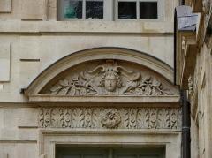 Hôtel Béthune-Sully - Détail sculpté de l'élévation nord de la façade sur cour de l'Hôtel de Sully, Paris (75004). 5ème travée. Rez-de-chaussée.