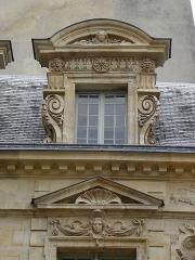 Hôtel Béthune-Sully - Détail sculpté de l'élévation est de la façade sur cour de l'Hôtel de Sully, Paris (75004). 2ème travée. Lucarne.