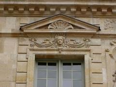 Hôtel Béthune-Sully - Détail sculpté de l'élévation nord de la façade sur cour de l'Hôtel de Sully, Paris (75004). 2ème travée. 2ème étage.