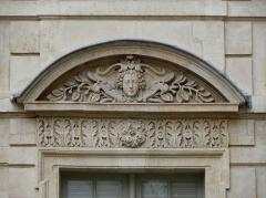 Hôtel Béthune-Sully - Détail sculpté de l'élévation nord de la façade sur cour de l'Hôtel de Sully, Paris (75004). 4ème travée. Rez-de-chaussée.