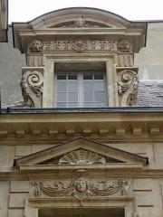 Hôtel Béthune-Sully - Détail sculpté de l'élévation est de la façade sur cour de l'Hôtel de Sully, Paris (75004).  1ère travée. Lucarne.