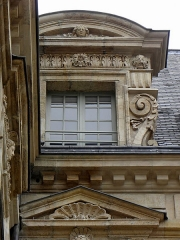 Hôtel Béthune-Sully - Détail sculpté de l'élévation nord de la façade sur cour de l'Hôtel de Sully, Paris (75004). 1ère travée. Lucarne.