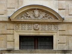 Hôtel Béthune-Sully - Détail sculpté de l'élévation est de la façade sur cour de l'Hôtel de Sully, Paris (75004).  3ème travée. Rez-de-chaussée.