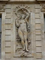 Hôtel Béthune-Sully - Détail sculpté de l'élévation nord de la façade sur cour de l'Hôtel de Sully, Paris (75004). Espace entre les 4ème et 5ème travées. 1er étage. L'Air.
